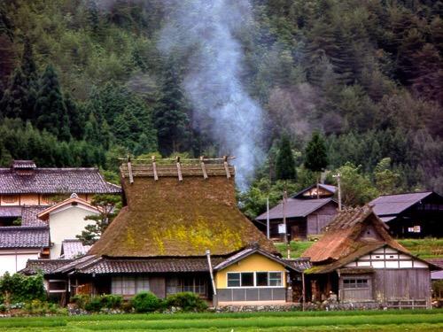 かやぶきと囲炉裏の煙