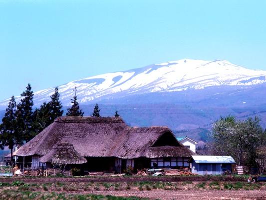 岩手山とかやぶき屋根