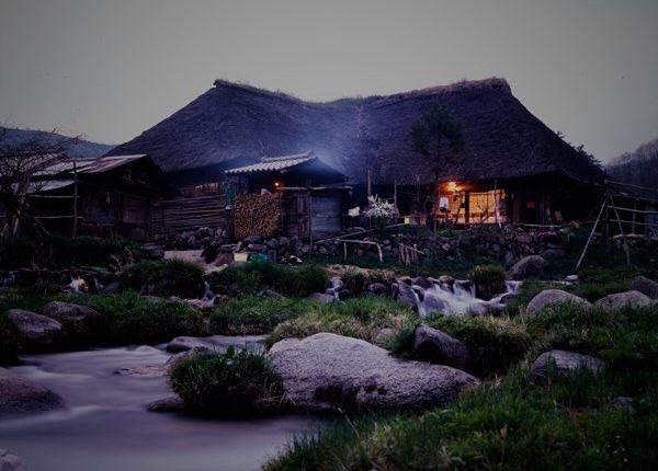 かやぶき屋根の民家と外風呂