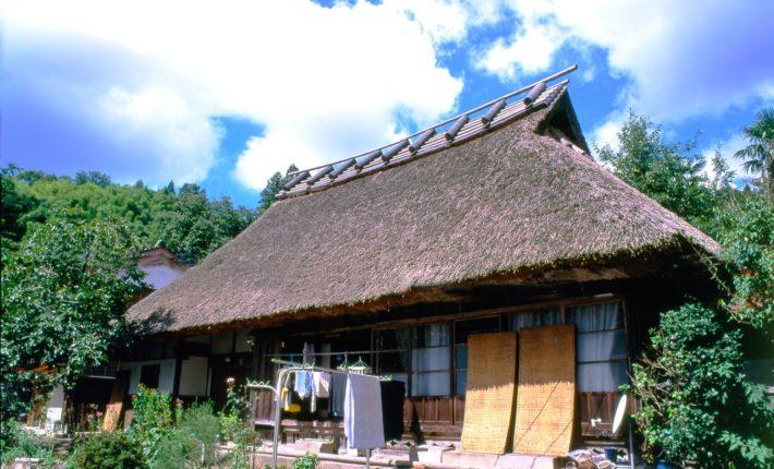 かやぶき屋根とアンテナ