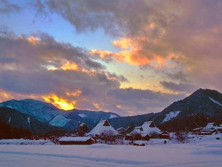 雪と夕焼けとかやぶき屋根